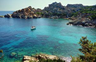 Обои море, скалы, яхта, пейзажи