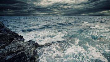 Обои море, волны, вода, шторм, брызги, тучи, горы, природа