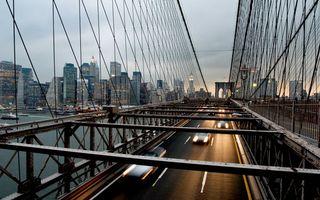 Фото бесплатно мост, автомобильный, машины, авто, фары, свет, фото, высота, сооружение, железо, вид, америка, дома, высотки, манхеттен, фонари, вода, океан, город