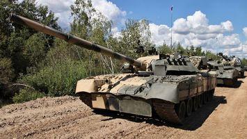 Фото бесплатно танки, ствол, песок, дорога, деревья, облака, небл, оружие