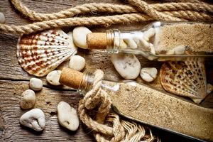 Фото бесплатно бутылки, песок, камни, ракушки, веревка, доски, разное
