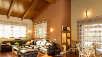 Бесплатные фото гостиная,диван,светильники,стол,стулья,шторы,интерьер