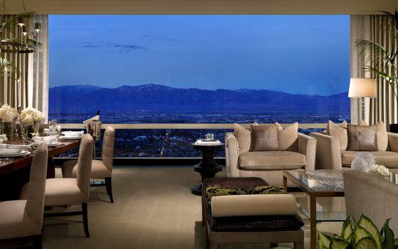 Бесплатные фото гостиная,мебель,мягкая,стулья,стол,сервировка,окно панорамное,интерьер