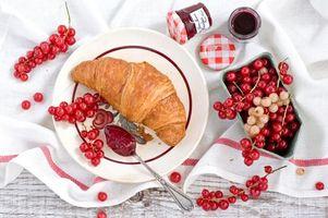 Бесплатные фото красная смородина,круассан,джем,натюрморт,блюдце,еда