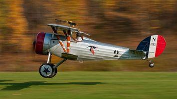Бесплатные фото самолет,серебристый,крылья,колеса,кабина,пилот,авиация