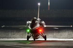 Бесплатные фото истребитель,ф-16,сверхзвуковой,самолет,маячки,зеленый,красный