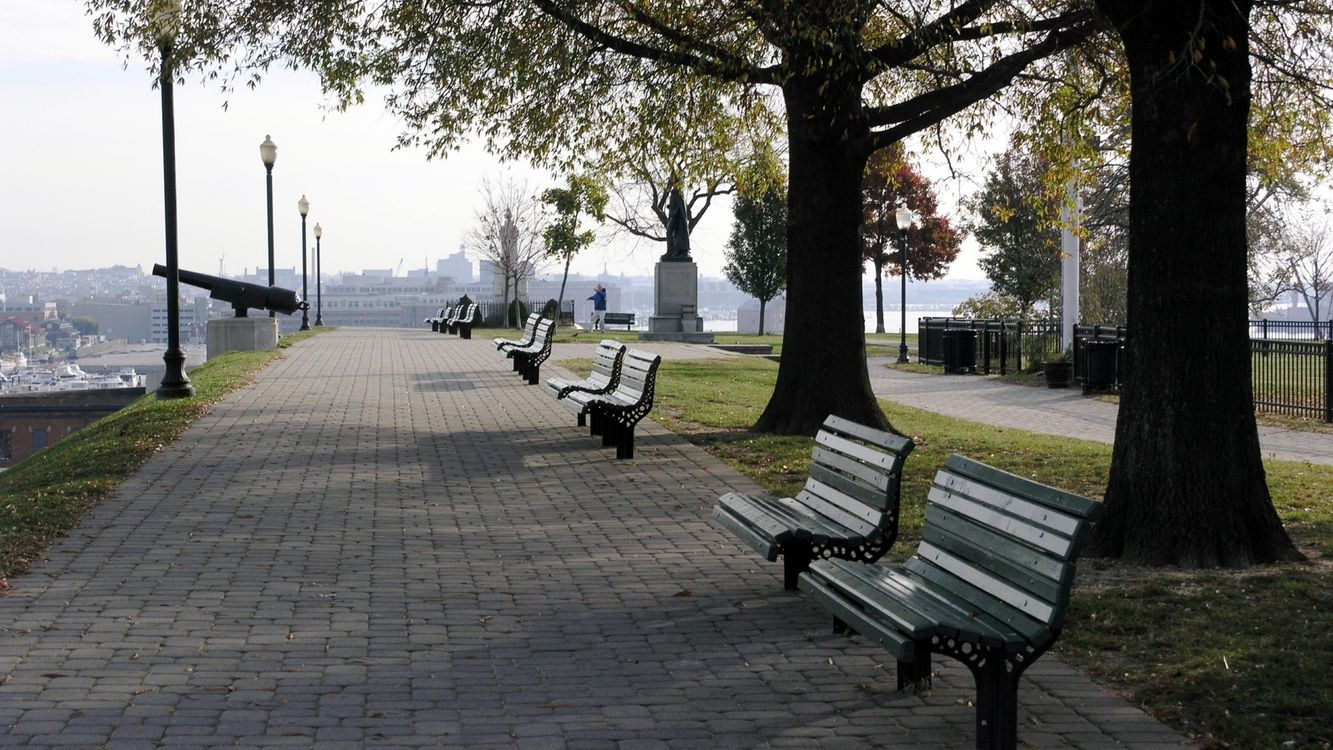 Фото бесплатно алея, деревья, скамейки, красиво, памятник, пушка, город, город