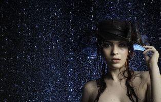 Заставки девушка под дождём,дождь,девушка,красотка,модель,шляпа,настроение