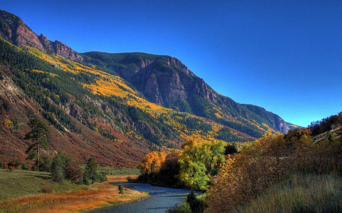 Фото бесплатно горы, скалы, холм, лес, деревья, листья, река, вода, небо, голубое, пейзажи, пейзажи