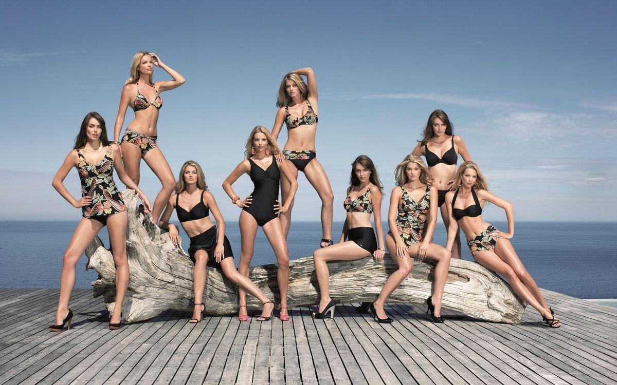 Фото бесплатно модели, красотки, позируют, купальники, коряга, море, девушки, девушки
