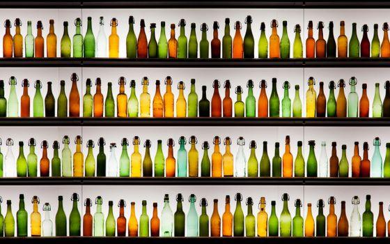 Бесплатные фото стеллажи,полки,бутылки,стеклянные,цветные,пробки,разное