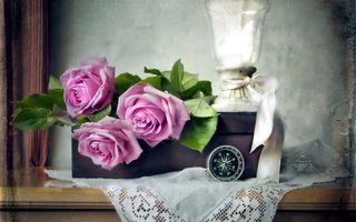 Фото бесплатно цветы, розы, подарок, компас, ваза, салфетка, коробка, комод, стена, штора, интерьер