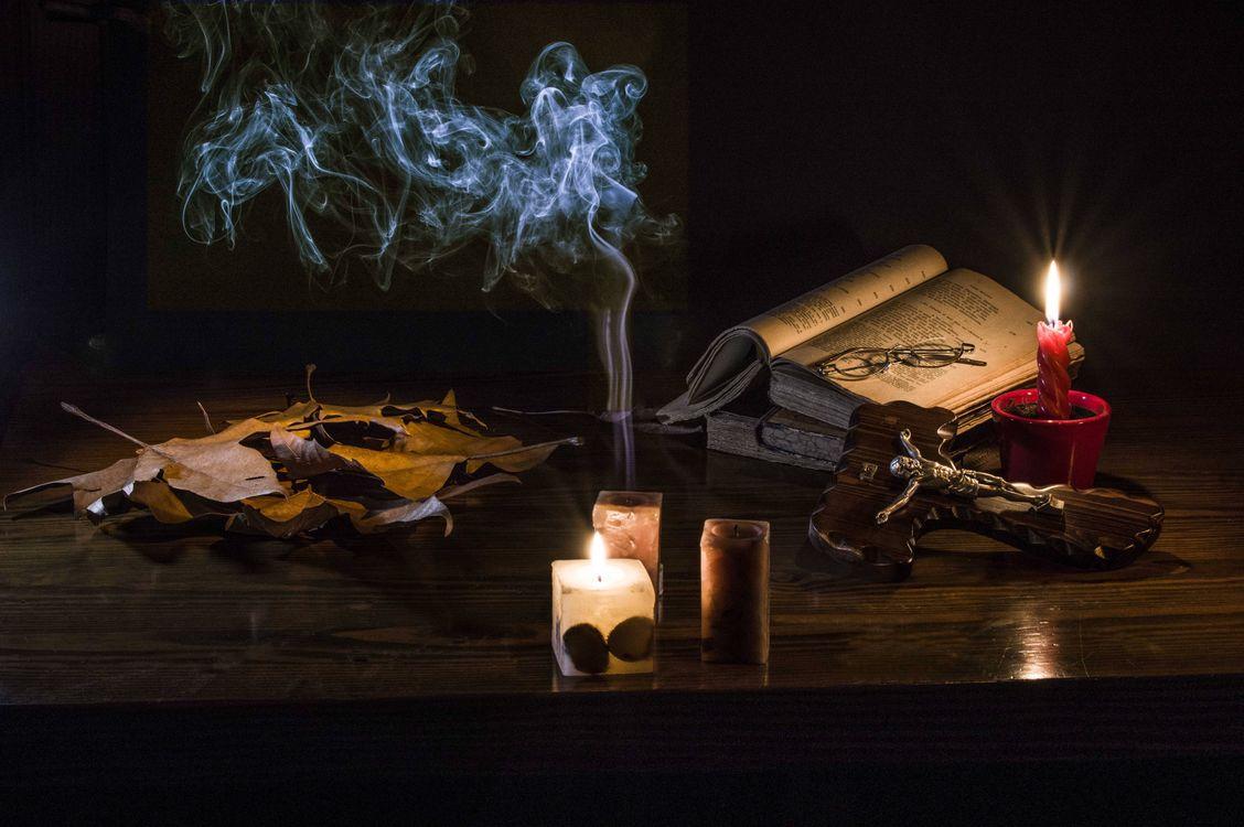 Фото бесплатно свечи, книга, очки, натюрморт, разное - скачать на рабочий стол