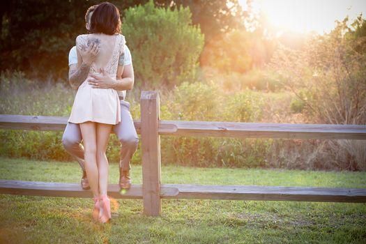 Фото бесплатно влюбленная пара, ферма, забор
