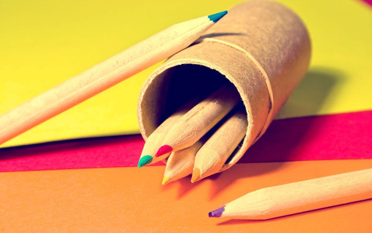 Фото бесплатно карандаши, разноцветные, стол, бумага, минимализм