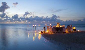 Фото бесплатно вечерний ужин на берегу соря, свечи, романтика