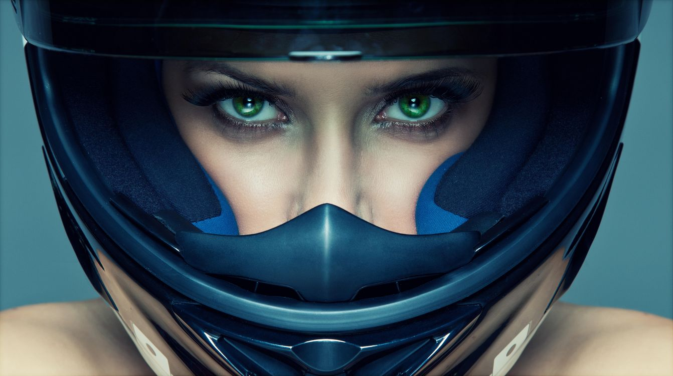 Фото бесплатно девушка, красотка, выражение лица, взгляд, шлем, стиль, девушки