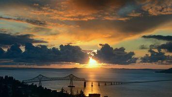 Бесплатные фото вечер,море,пролив,мост,небо,облака,солнце