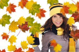 Обои девушка, лицо, стиль, гламур, модель, красотка, настроение, улыбка, листья, осень, листопад