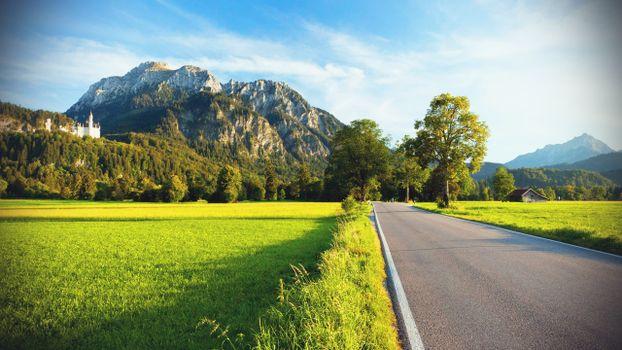 Фото бесплатно загородная дорога, асфальт, поля, деревья, гора, замок