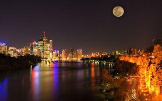 Бесплатные фото ночь,река,набережная,деревья,дорога,фонари,дома