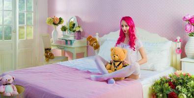 Бесплатные фото комната,кровать,интерьер,мишка,девушка,девушки,макияж