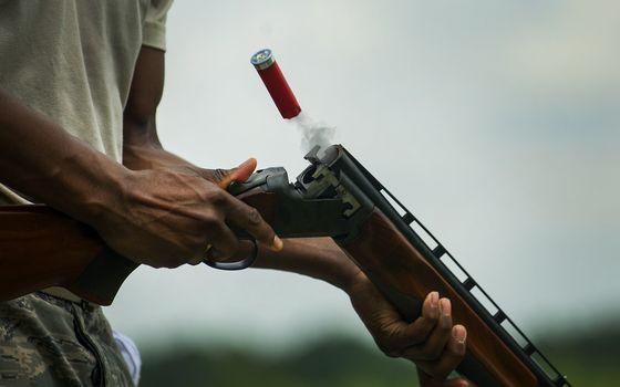 Бесплатные фото мужчина,ружье,вертикалка,гильза,дым,выстрел
