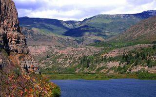 Бесплатные фото река,горы,скалы,камни,кустарник,трава,небо