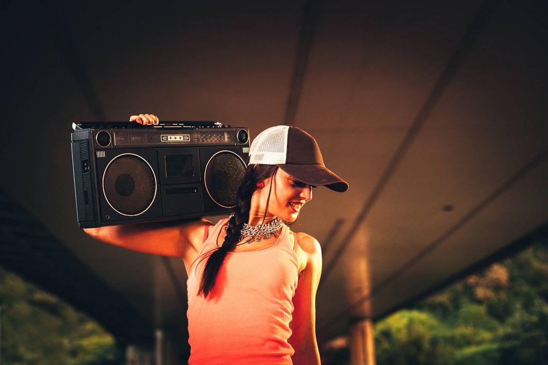 Фото бесплатно старый магнитофон, девушка в кепке - на рабочий стол
