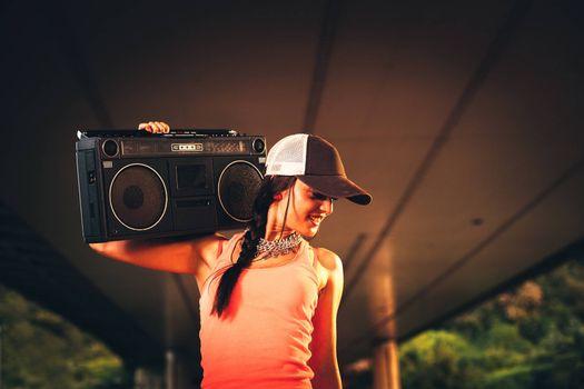 Фото бесплатно старый магнитофон, девушка в кепке