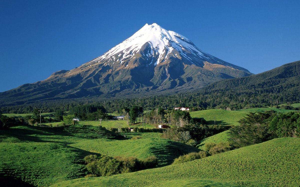 Фото бесплатно гора, вершина, снег, деревья, трава, строения, небо, пейзажи