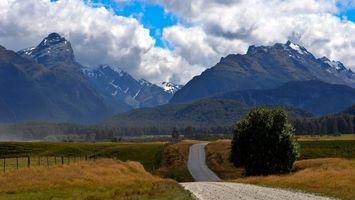Заставки загородная дорога, скалы, поле, холмы, забор, деревья