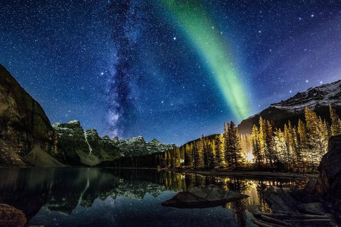 Фото бесплатно серверное сияние, небо, звезды, млечный путь, озеро, горы, елки, лес, пейзажи