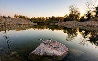 Фото бесплатно озеро, камни, отражение, берег, насыпь, деревья, небо