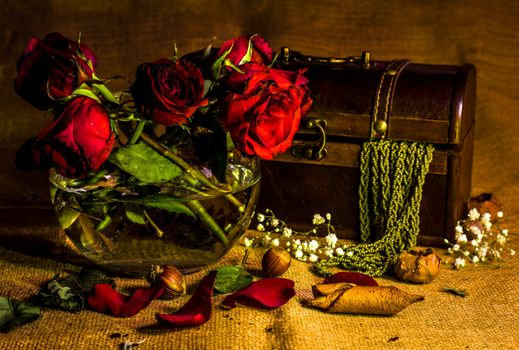 Бесплатные фото цветы,розы,сундук,лепестки,ваза,бусы,натюрморт