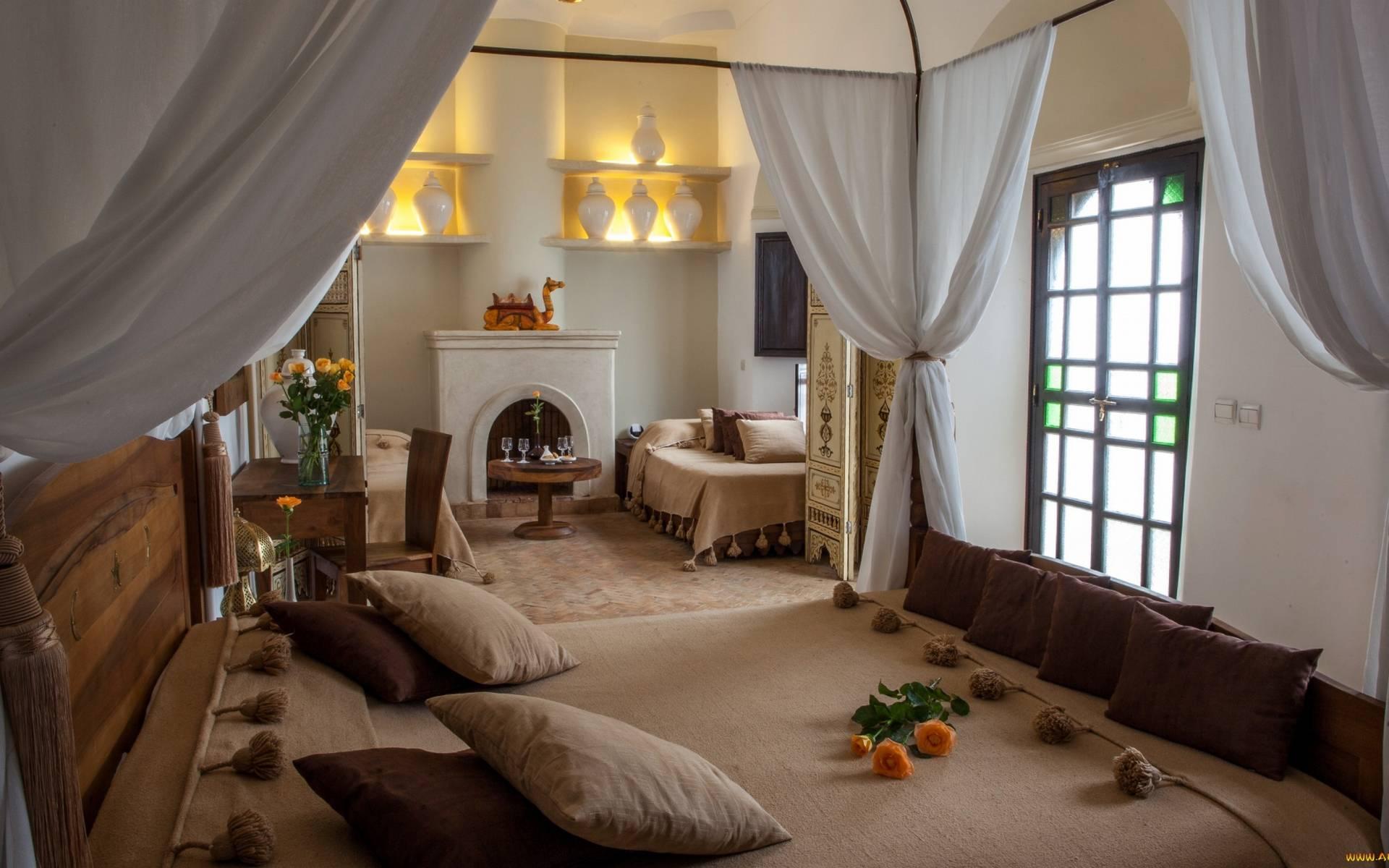 Обои комната, кровати, подушки, постель