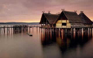 Бесплатные фото озеро,сваи,мостики,хижины,горы,небо