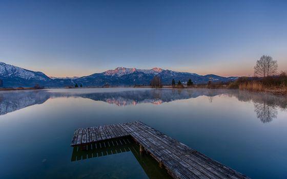 Бесплатные фото озеро,деревянный,мостик,горы,утро