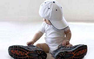 Бесплатные фото мальчик,ребенок,малыш,кроссовки,бейсболка,большие