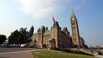 Бесплатные фото замок,башня,часы,дорожки,газон,деревья,флаг канады