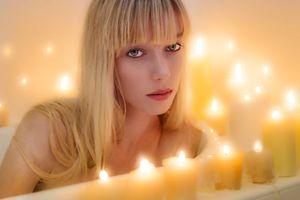 Бесплатные фото девушка,блондинка,красотка,свечи,взгляд