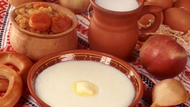 Бесплатные фото тарелка,каша манная,масло,молоко,изюм,яблоко,сушки