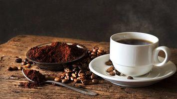 Бесплатные фото кофе,чашка,блюдце,ложка,зерна,деревянный стол