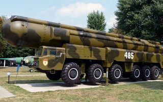 Бесплатные фото ракетный комплекс,контейнер,тягач,шасси,постамент