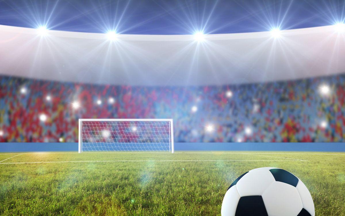 Фото бесплатно футбольное поле, стадион, трава, мяч, ворота, трибуны, болельщики, вспышки, спорт