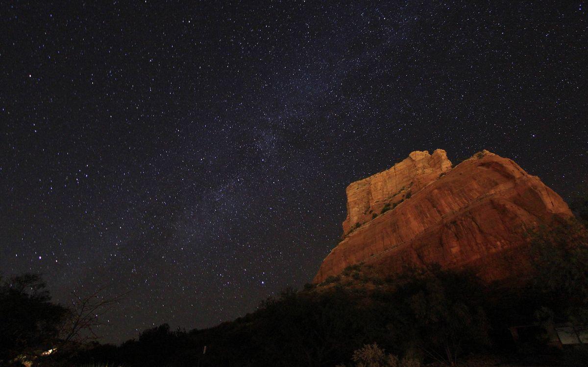 Фото бесплатно ночь, гора песчаник, растительность, небо, звезды, свечение, природа - скачать на рабочий стол