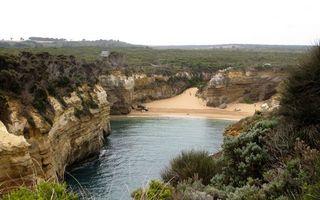Фото бесплатно море, бухта, песок, пляж, скалы, растительность, небо