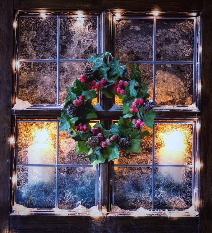 Фото бесплатно натюрморт, Светодиодные фонари, гирлянды, Рождество, Свечи, венок, мороз, окно, разное