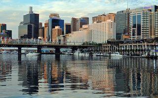 Обои река, яхты, катера, мост, пристань, дома, здания