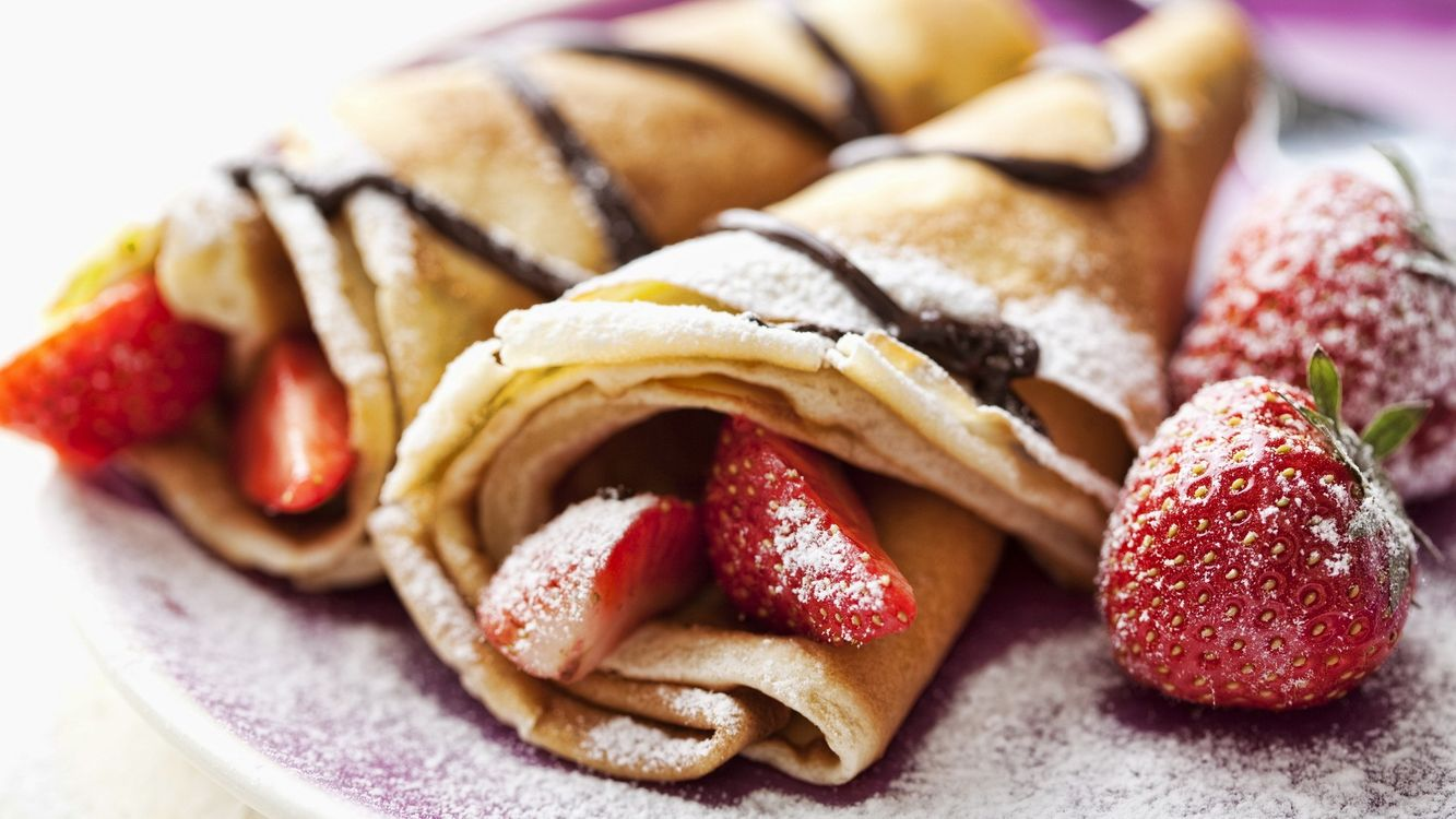 Фото бесплатно выпечка, блины, ягода, клубника, крем, сахарная пудра, еда